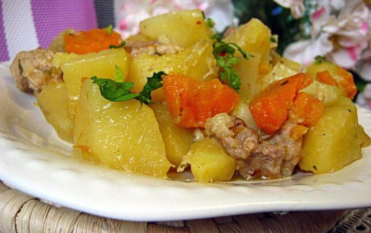 картофель тушеный со свининой
