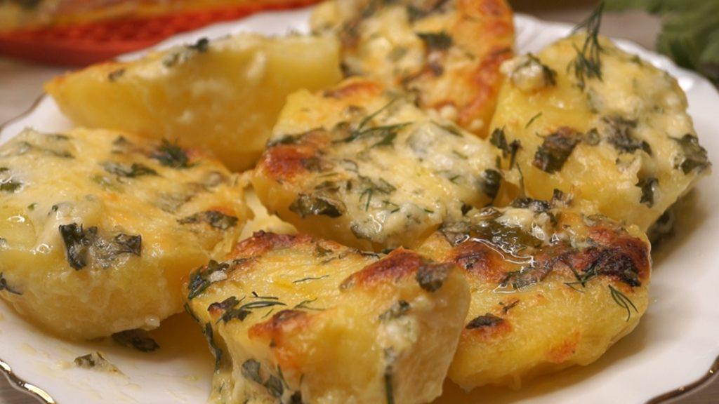 Простые рецепты картофеля в духовке с чесноком, луком, кабачками