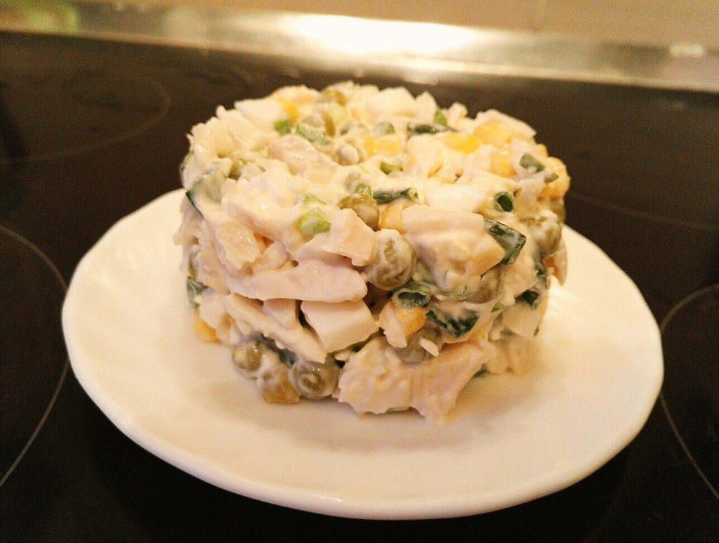 Салаты с кукурузой, яйцом и огурцом с креветками, тунцом, кальмарами