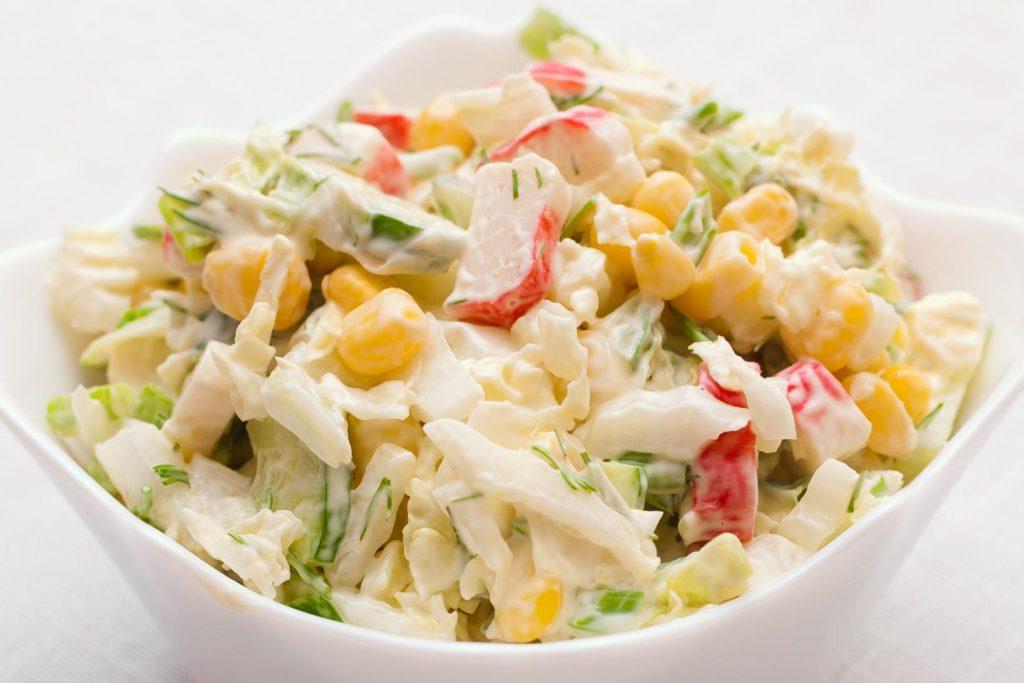 Салаты с огурцом, кукурузой и яйцами: вкусные рецепты