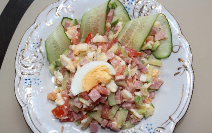 салат из курицы, кукурузы, яиц и огурцов