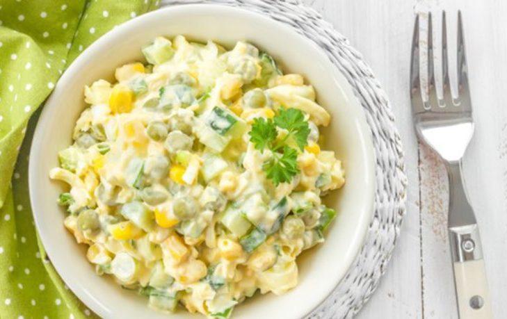 салаты из огурцов, кукурузы, яйца