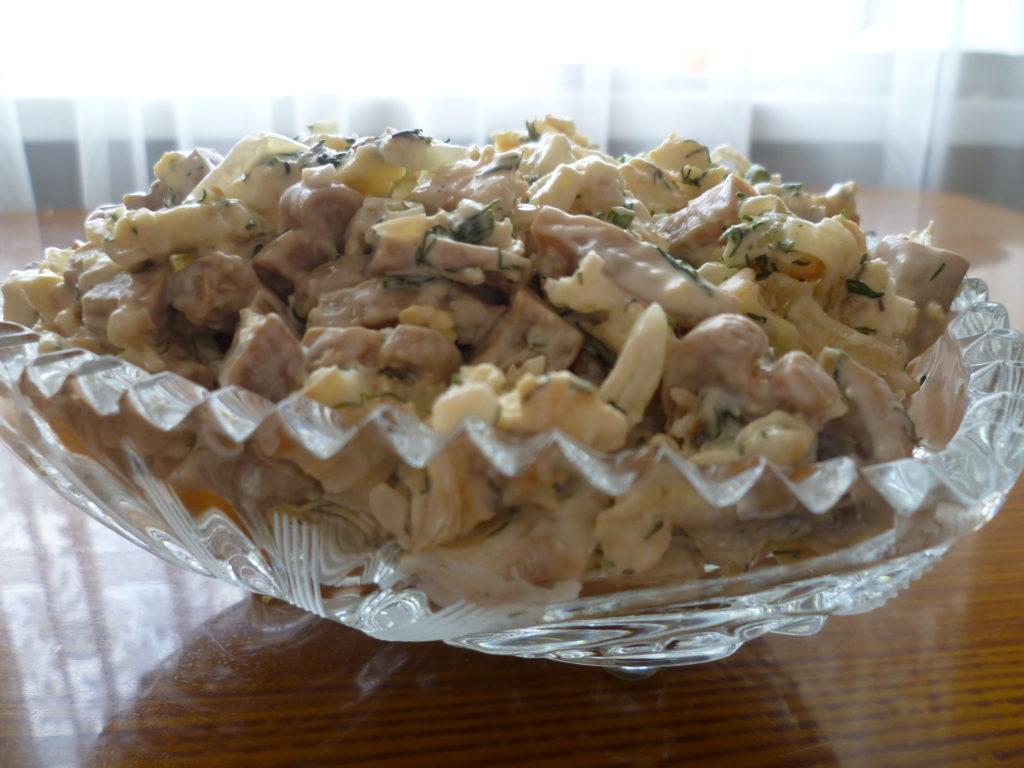 Простые салаты с блинчиками, курицей и кукурузой