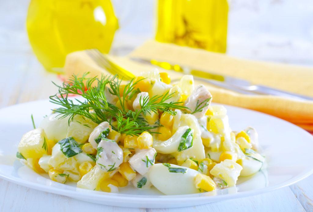 Салаты с ананасами и кукурузой слоями, с грибами, сыром, сухариками