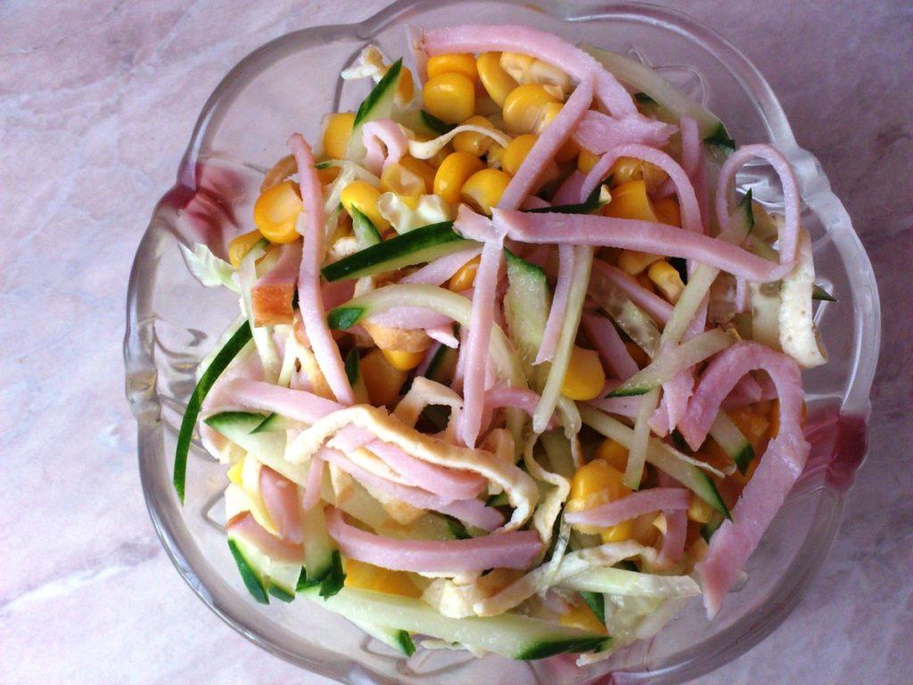 Рецепты салатов с ветчиной, кукурузой и огурцом