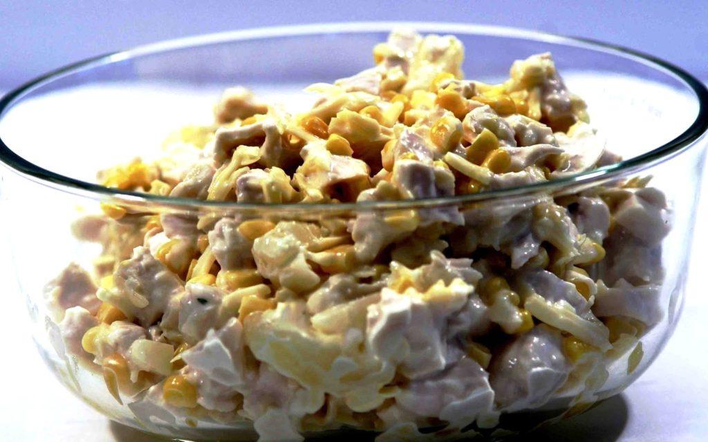 Салаты с курицей, кукурузой и орехами, яйцами, куриной печенью
