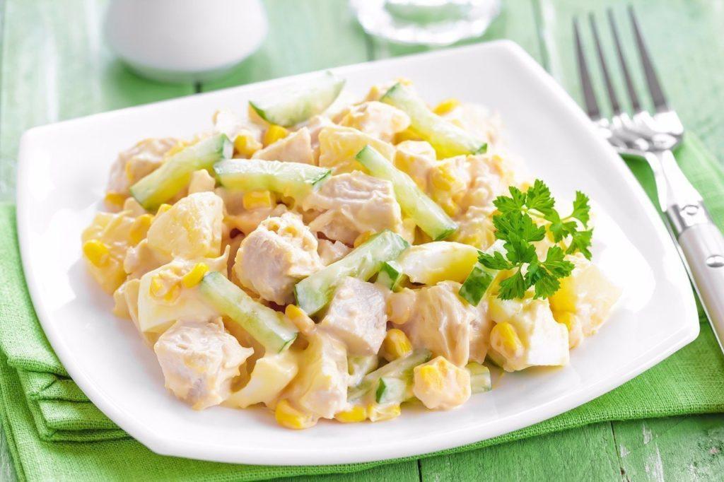 Салаты с курицей, кукурузой и ветчиной, куриными сердечками и мясом