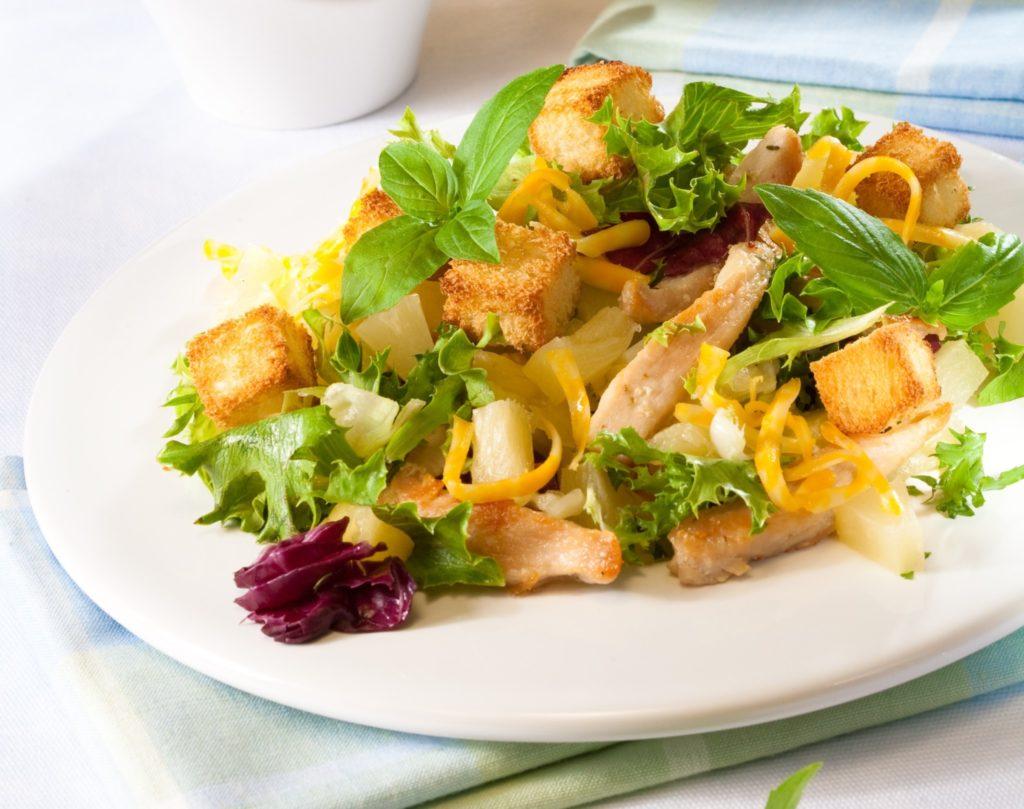 Вкусные салаты с курицей, кукурузой и сухариками