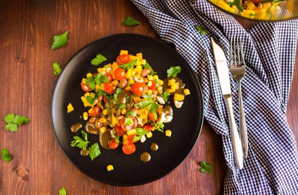 Салаты с курицей, кукурузой и помидором