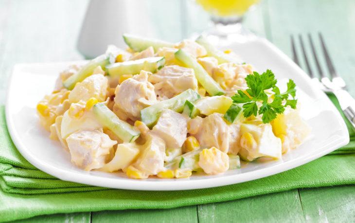 салат из куриной грудки, кукурузы, огурца
