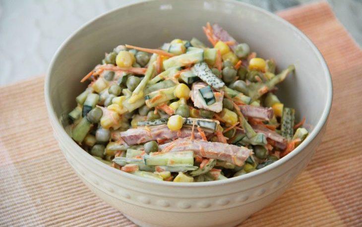 салат с кукурузой, зеленым горошком, огурцом