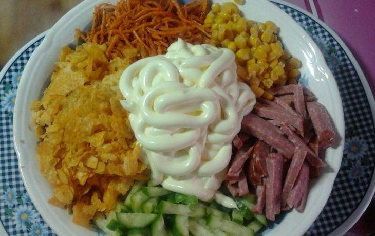 салат из свежих огурцов, кукурузы, колбасы