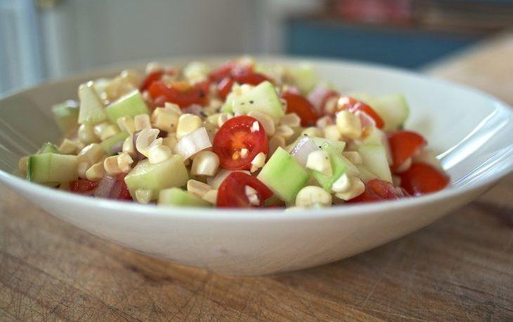 салат с огурцами, помидорами, кукурузой