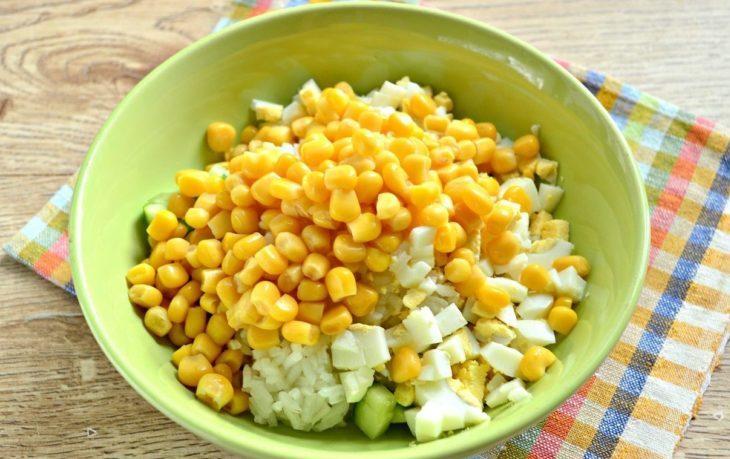 салат с рисом, кукурузой, огурцом