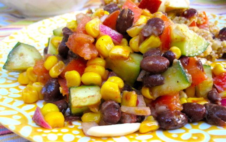 салат с красной фасолью, кукурузой, огурцом