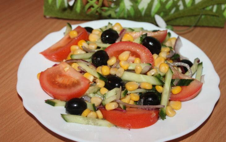 легкий салат с кукурузой и огурцом