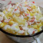 Классический крабовый салат с ананасами и кукурузой