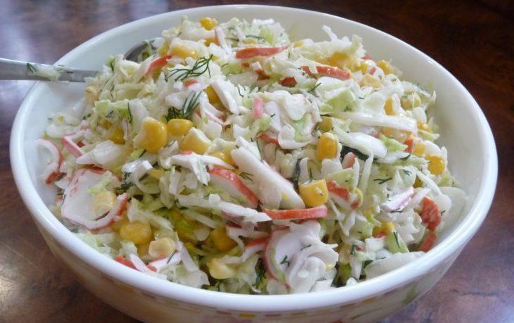 салат с пекинской капустой, крабовыми палочками, кукурузой