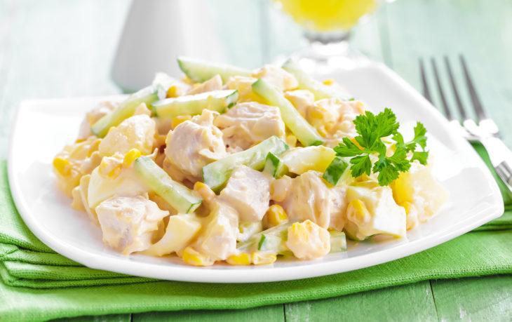 салат с мясом, ананасом, кукурузой
