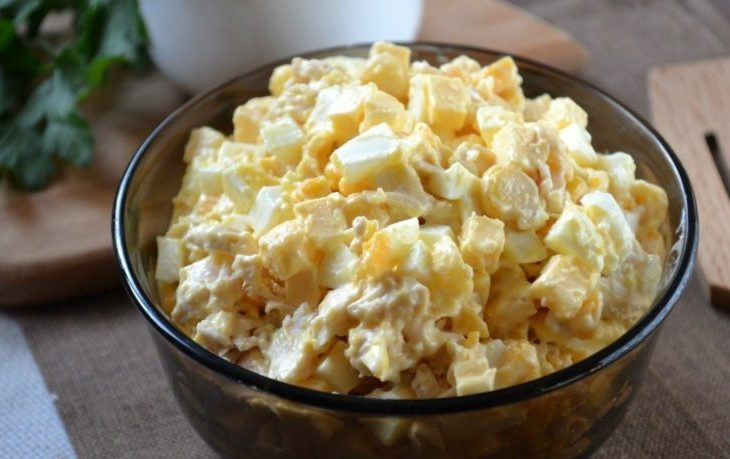 салат с курицей, кукурузой, яйцами и сыром