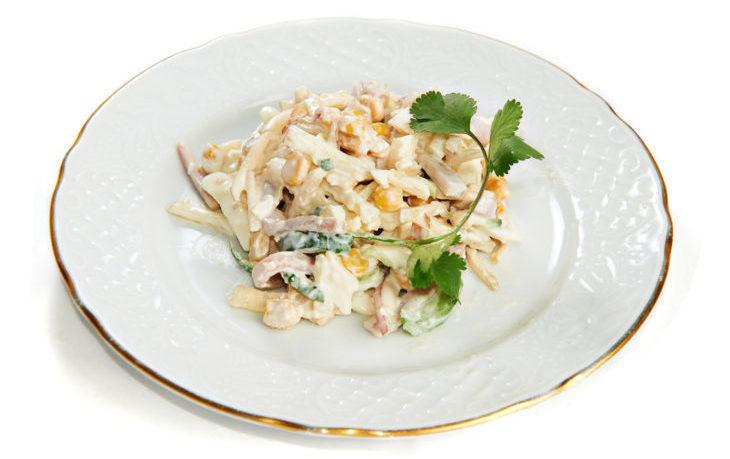 Рецепты салатов с кукурузой, огурцом и кальмарами, креветками, тунцом