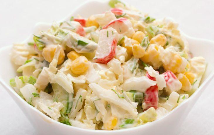 салат из капусты, огурца, кукурузы, крабовых палочек