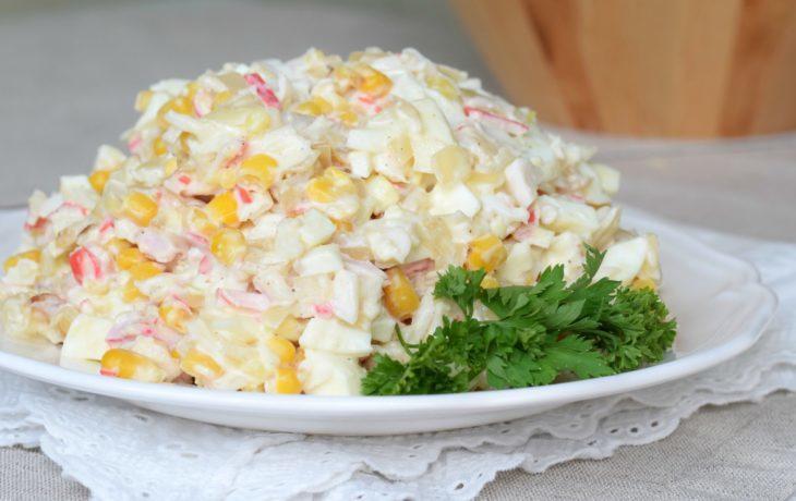салат с крабовым мясом, кукурузой, яйцом