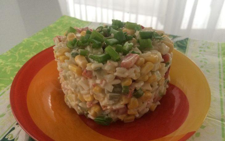 салат из кукурузы и соленых огурцов