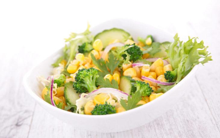 салат из кукурузы консервированной, огурцов