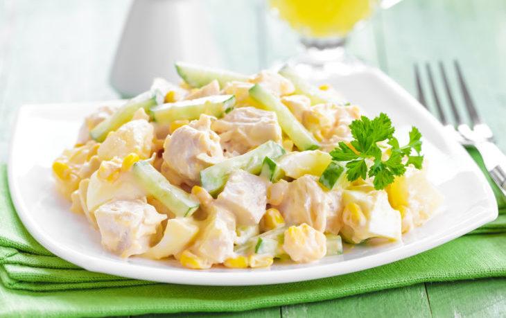 салат с курицей, кукурузой, яйцом, сыром, майонезом