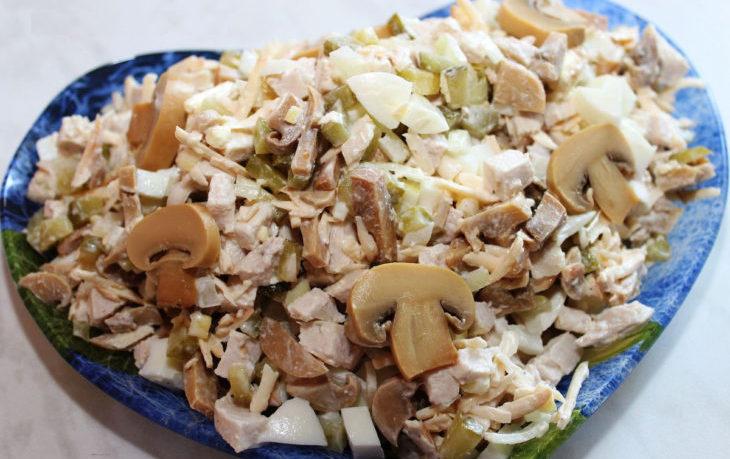 салат с куриной грудкой, шампиньонами и кукурузой