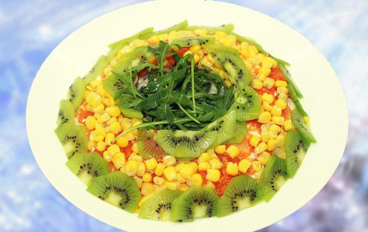 куриный салат с киви и кукурузой