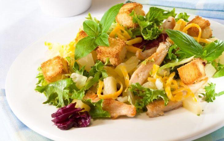 салат с копченой курицей, кукурузой, сухариками