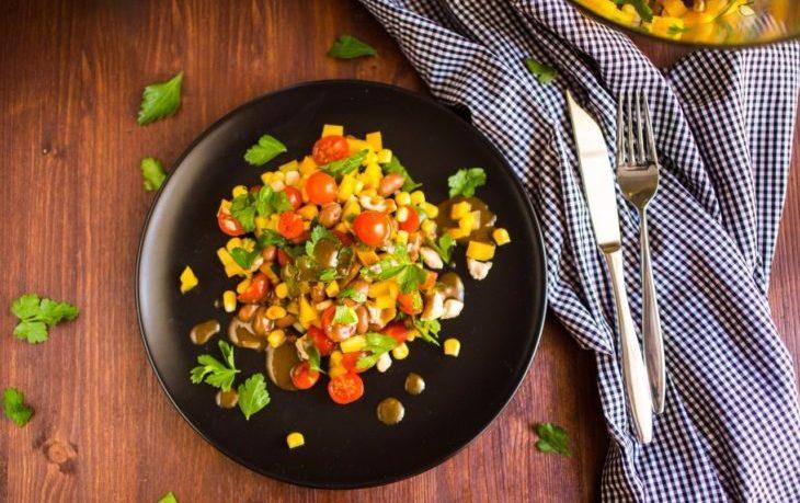 салат с грудкой, кукурузой, помидором