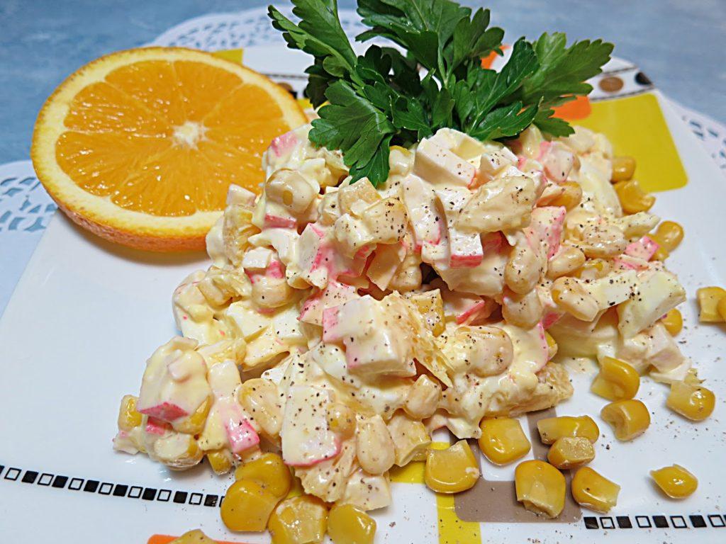 Вкусные салаты с кукурузой, крабовыми палочками и яблоком, апельсином