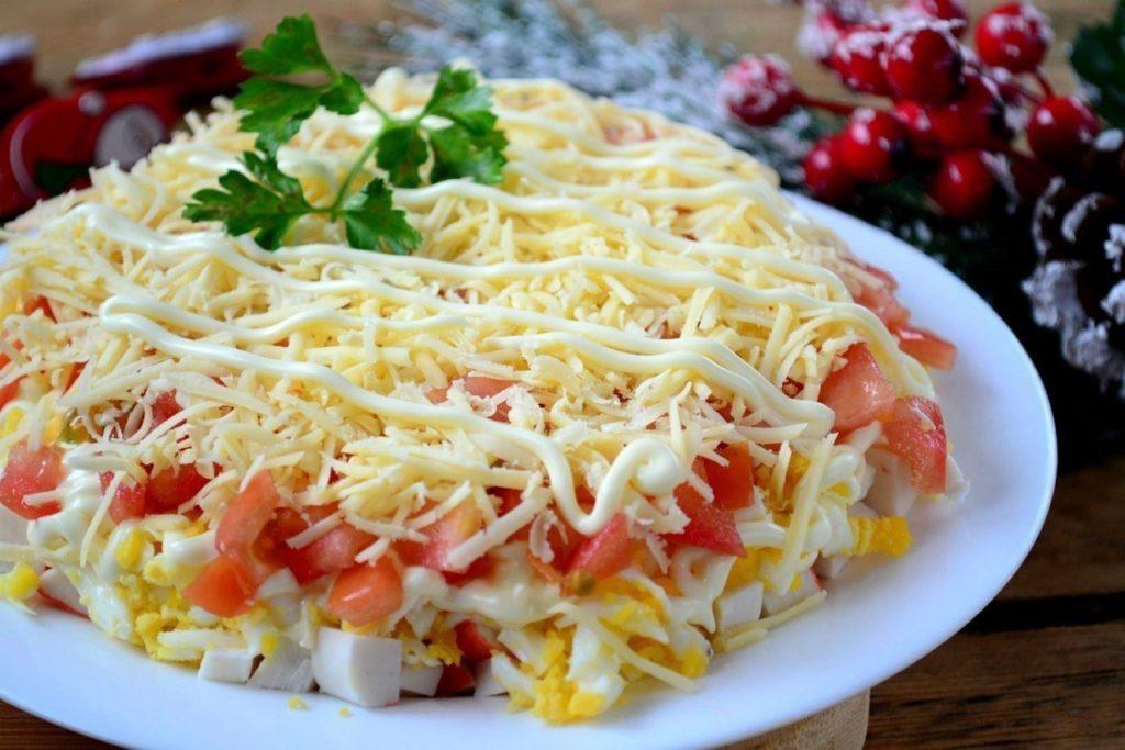 Вкусные крабовые салаты с помидорами и кукурузой
