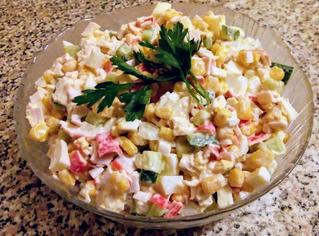 Классические салаты с крабовыми палочками и кукурузой