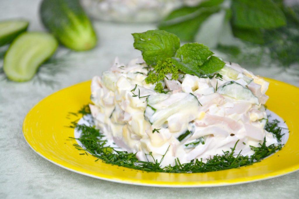 Рецепты салатов с кальмарами, кукурузой и яйцом