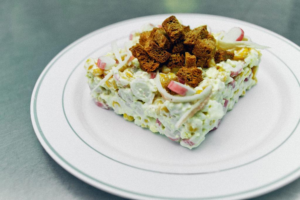 Рецепты салатов с крабовыми палочками, кукурузой и кириешками, горошком