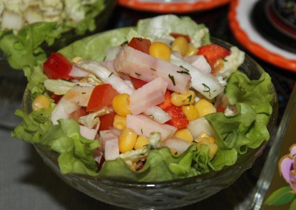 Рецепты салатов с помидорами, кукурузой и ветчиной, колбасой, сухариками