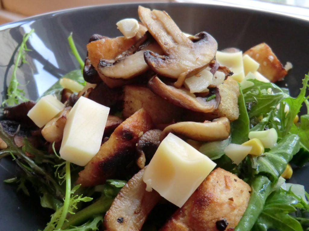 Рецепты салатов с шампиньонами, кукурузой и сыром, яйцами, ананасами