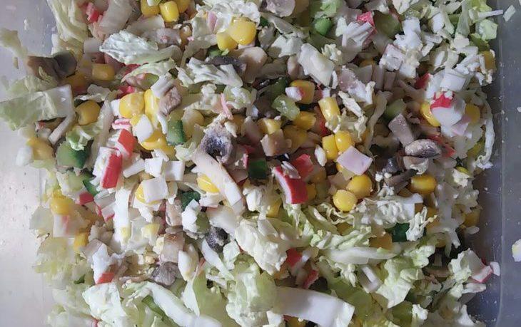 салат с грибами, кукурузой и крабовыми палочками