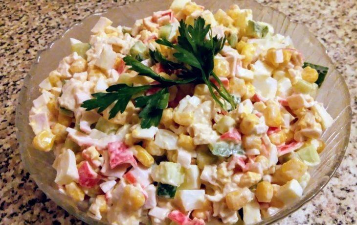 салат с крабовыми палочками и кукурузой классический