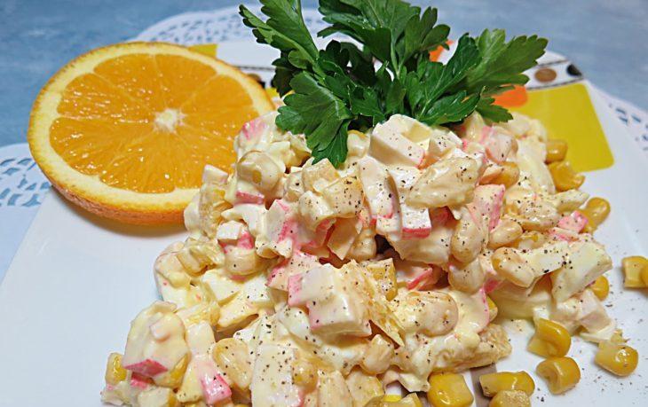 салат с крабовыми палочками, апельсином и кукурузой