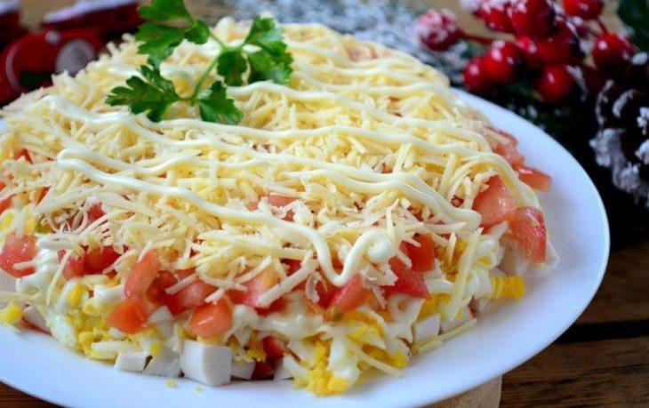 салат с крабовыми палочками, кукурузой, помидорами