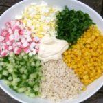Вкусные крабовые салаты с рисом и кукурузой