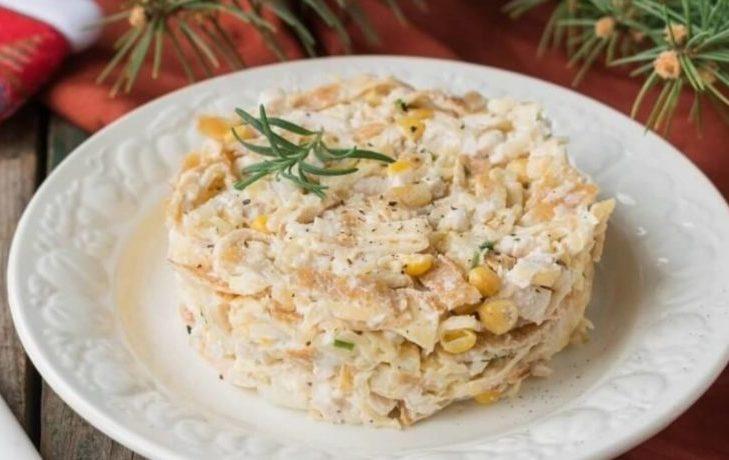 салат с яичными блинчиками и кукурузой