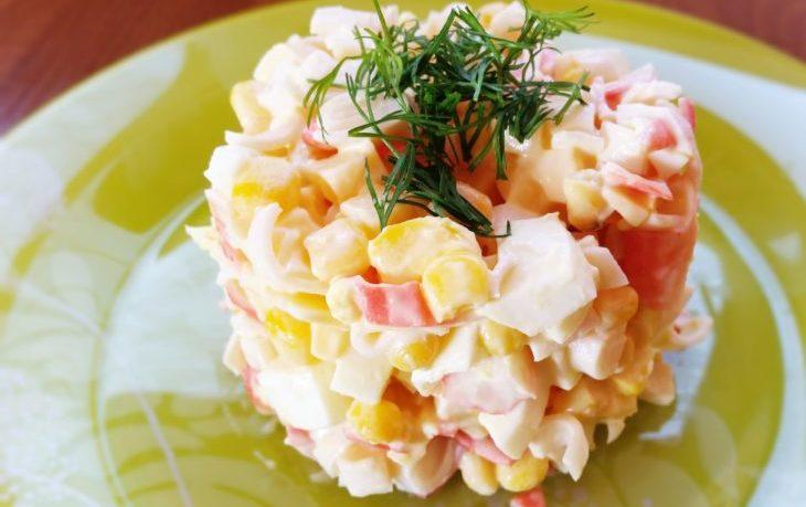 салат с крабовыми, кукурузой, сыром