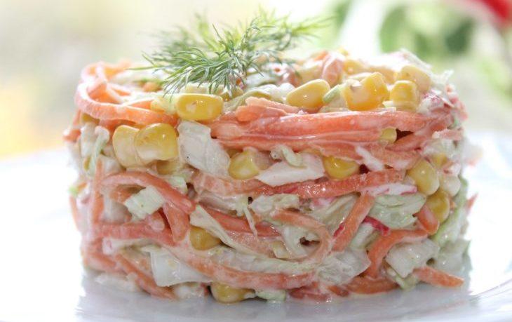 салат с крабовыми палочками, корейской морковью, кукурузой