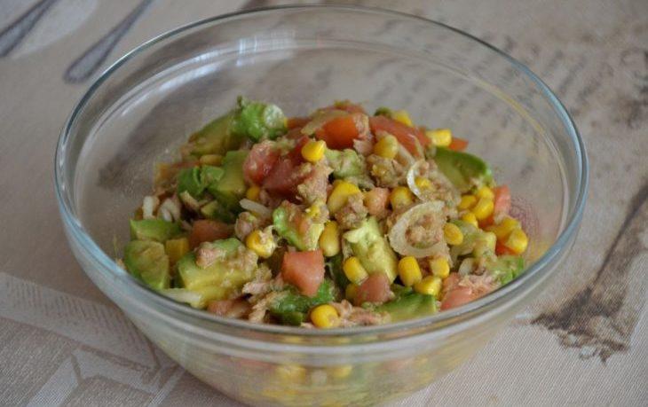 салат из тунца, кукурузы и репчатого лука